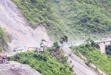नारायणगढ–मुग्लिन सडकखण्डमा ठूलो पहिरो, शनिवार दिउँसो सम्म बाटो बन्द